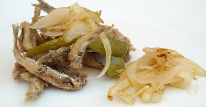 Boquerones fritos con cebolla