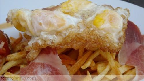 Huevos de codorniz con patatas paja y jamón ibérico