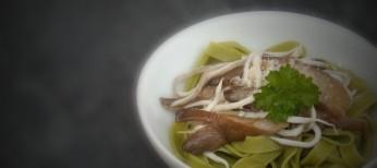 Tagliatelle de espinacas al ajillo con gulas y setas