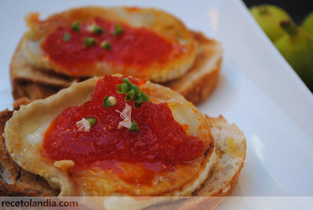 Canapé de queso de cabra y mermelada de pimiento rojo