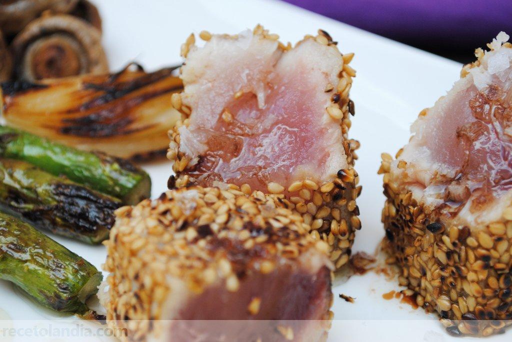 Bonito con sésamo a la plancha y mayonesa de wasabi