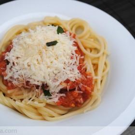 Espaguetis con tomate y bonito del norte