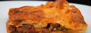 Empanada de masa fina de pisto y bacalao