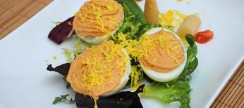 Huevos rellenos de bonito en escabeche